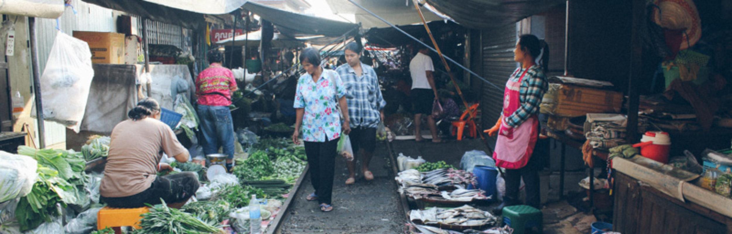 Thaïlande : l'incroyable marché au train de Maeklong