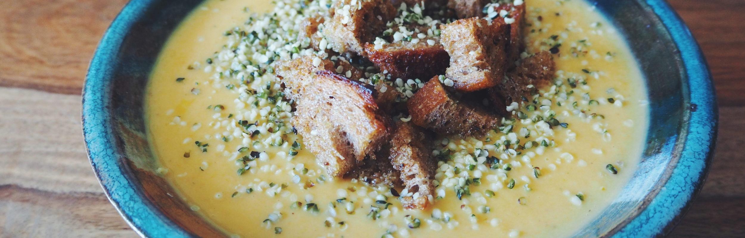 Velouté chou-fleur, lentilles corail, carotte au lait de coco et curry